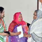 চলচ্চিত্র অভিনেত্রী আনোয়ারাকে প্রধানমন্ত্রীর অনুদান ৩০ লাখ টাকা
