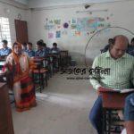 স্কুলের ক্লাসে বসে ক্লাস করলেন কুমিল্লা নির্বাহী ম্যাজিস্ট্রেট