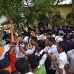 কুমিল্লায় পুলিশ ও  শিক্ষার্থীদের মাঝে ফুল-চকলেট বিনিময়