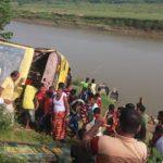 কুমিল্লা সদরের উঃ দুর্গাপুরের গোমতী নদীতে বাস পড়ে আহত ২০