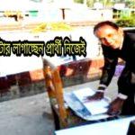 কুমিল্লায় পোস্টার লাগাচ্ছেন প্রার্থী নিজেই
