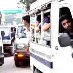 কুমিল্লার মহাসড়কে লক্কড়ঝক্কড় মাইক্রোবাসে ঝুঁকি নিয়ে যাত্রী বহন, ভাড়াও বেশি