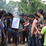 শামসুজ্জামান দুদুর কুশপুত্তলিকা দাহ করেছে কুবি ছাত্রলীগ