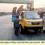 ঢাকা-চট্টগ্রাম মহাসড়কের কুমিল্লায় পণ্যবাহী পিকআপে যাত্রী বহন