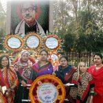 মুজিব জন্মশতবর্ষে বঙ্গবন্ধুর ম্যুরালে ফুল দিয়ে শ্রদ্ধা কুমিল্লা মহানগর মহিলা আ'লীগের