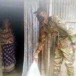 কুমিল্লায় সেনাবাহিনীর কাছ থেকে খাদ্য পেয়ে খুশি মনে ঘরে ফিরছে দিনমজুর-রিকসাচালকরা