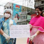 কারফিউ দেয়ার দাবীতে কুমিল্লা কান্দিরপাড়ে মা, মেয়ের প্রতিবাদ