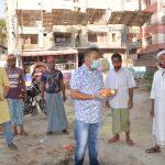 কুমিল্লা নগরীতে অসহায় মানুষদের হাতে ফল তুলে দিচ্ছেন ছাত্রলীগ নেতা মুকিত