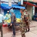 কুমিল্লার বরুড়ায় পৌরসদর বাজারে নির্বাহী ম্যাজিষ্ট্রেট ও সেনাবাহিনীর টহল