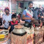 শীতের শুরুতে কুমিল্লা দক্ষিণাঞ্চলে ফুটপাতে বসেছে পিঠা বিক্রেতারা