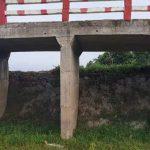 কুমিল্লায় ব্রিজের নিচে মাটি ভরাট করে পানি প্রবাহ বন্ধ, ফসলি জমি নষ্ট হওয়ার পথে