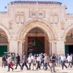 আল-আকসায় উপাসনালয় বানানোর লক্ষে নামাজরত মুসল্লিদের পিটিয়ে বের করে ইহুদিদের প্রবেশ