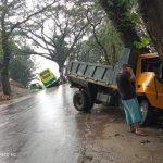 কুমিল্লায় বাস ও ট্রাক নিয়ন্ত্রণ হারিয়ে রাস্তার দু'পাশে