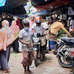চান্দিনায় লকডাউনে সরকারি নিষেধাজ্ঞা মানছে না মানুষ, করোনার উচ্চ ঝুঁকিতে পৌরবাসী